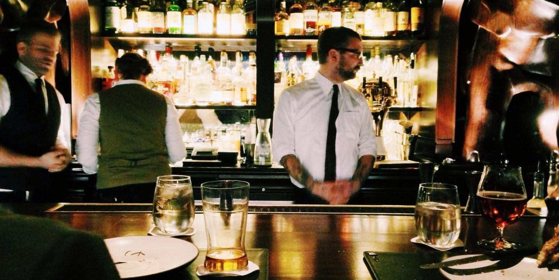 Bar mit Mitarbeitern